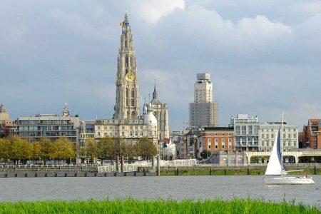 http://recreatievaart-belgie-OlV_toren_en_Boerentoren_Antwerpen_vanaf_Linkeroever